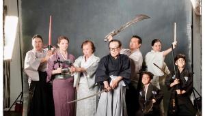 【話題】日系人ファミリーが父親88歳記念に和風の記念撮影をした結果 / 武器に違和感あるものの大絶賛