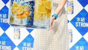 【魅惑グルメ】果汁のうまさ強化「氷結ストロング」リニューアル! 実際に尾野真千子が飲んで「お昼から飲めるって良い♪」