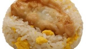 玉子炒飯に揚げ餃子を丸ごとのせた幻のおにぎりが再び! ローソンストア100の「餃子おにぎり」が復活