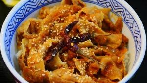 【現地取材】カンボジアの吉野家は唐辛子入り豚丼が人気 / 現地人に親しまれる味
