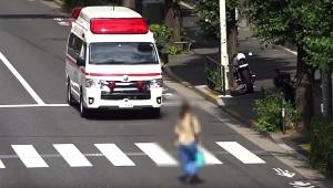 【大炎上】救急車を無視してゆっくり道路横断する女性が猛烈バッシング「目視でも確認できるはず」