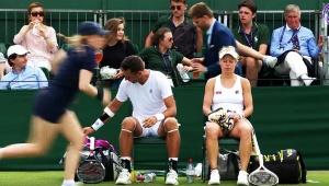 【緊急事態】テニス試合中にスプリンクラー発動 / 選手がずぶ濡れになるアクシデント発生