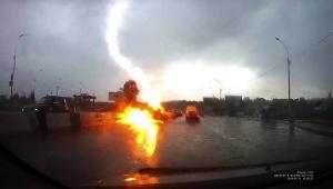 【衝撃動画】連続して2回も落雷に襲われた自動車の動画が衝撃的すぎる