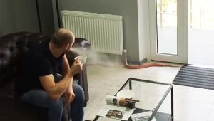 【衝撃】家にヘビが入ってきて驚きすぎてコーヒーを噴出した動画 / 世界的大ヒット