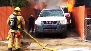 【犬ニュース】犬を助けるため火事の家に飛び込んだ男 / 人間と犬の運命は