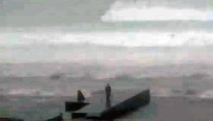 【動画ニュース】台風19号で高波にさらわれる人のようすが生放送される / なぜあんな場所に