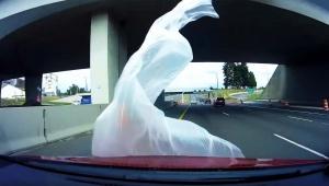 【ヤバイ動画】絶対にビニールを捨てるな! 危険な交通事故に繋がる動画が怖すぎる件