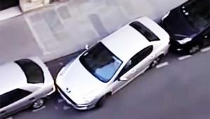 【ヤバイ動画】信じられないほど狭い場所に駐車する車がヤバイ件