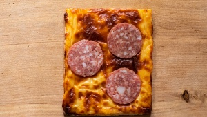 【セブンイレブン限定】サラミをのせて焼いたチーズが最高のつまみにも朝食にもなって万能すぎる件