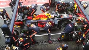 【衝撃】F1のピットインが驚異的な早さ! たった1.8秒でタイヤ交換したレッドブルチームの動画がヤバイ