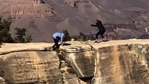 【危険ニュース】スマホで記念撮影しててグランドキャニオンから落ちそうになる女性の動画