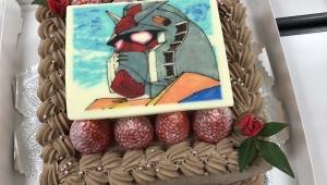 【祝福】ガンダムの生みの親・富野由悠季監督が78歳の誕生日 / RX-78ガンダムケーキでお祝い