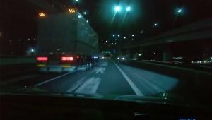 【最悪】首都高で時速180キロで暴走したポルシェ / トラックと事故りそうになる動画
