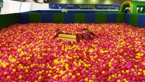 スパリゾートハワイアンズのボールプールが激しく面白い! 親子でボールの海泳ぎまくった