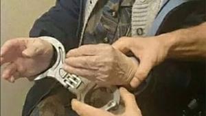 逮捕されたかった99歳のおばあちゃん / 希望を叶えるため警察官が逮捕 → 牢獄へ