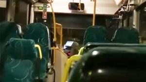 バス運転手が「客は誰も乗っていない」と思い込んでマイクで歌を熱唱してしまう動画