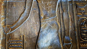 中国人中学生がエジプト神殿に落書きしたというので見に行ったら消されてた / 丁錦昊事件