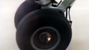 乗っている飛行機が脱輪した瞬間を動画撮影