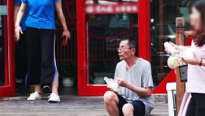 貧乏すぎるおじいさんが飲食店の前にいたら助けてくれるのか試した動画