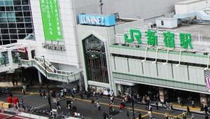 【ニュース速報】新宿駅前で首吊り / 救急隊に搬送される「多くの人たちがスマホで撮影」