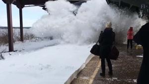 雪が積もったプラットホームに電車が入るとこうなります / あまりにも豪快な動画が話題