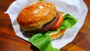 【革命グルメ】牛肉100%にしか見えない牛肉0%パティのハンバーガーを食べてみた / ザ ベジタリアン ブッチャー