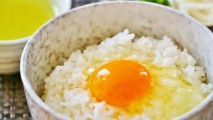 【暮らしの知恵レシピ】生卵をご飯にかけて食べると美味しい / 醤油を入れるともっと美味しい「鶏卵ライス」