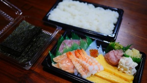 【持ち帰りメシ】くら寿司の「手巻きセット」を買って「手巻きにせず海鮮丼」にして食ってみた!
