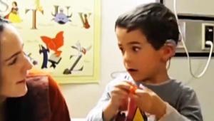 【衝撃】聴覚障害男児が「科学技術により初めて音を聴いた動画」に感動の嵐 / 感極まって母と抱き合い号泣