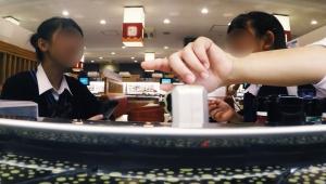 【衝撃動画】回転寿司でカメラを皿に乗せ店内隠し撮り / 店員ブチギレ激怒の大炎上「女子高生やオッサンを撮影」