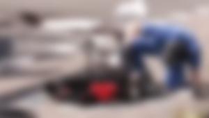 【衝撃動画】バイク事故で転がったヘルメットを覗いた警察官の反応に衝撃走る / 北海道での事故