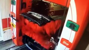 【衝撃動画】トランクを開けたまま自動洗車機に入ったクルマの悲劇 / 最終的に悲惨な状態