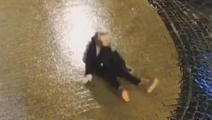 【衝撃動画】道が凍ってて何度挑戦しても進めない女子の動画 / カワイソウだけどカワイイ!