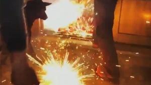 【衝撃動画】犬が火がついた花火を家に持ち込んで大騒動 / 花火が室内で大爆発
