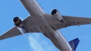 【衝撃画像】燃えながら飛行機が目撃される / 部品をまき散らしながら飛行か