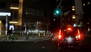 【衝撃動画】信号無視したウーバーイーツ配達員がクルマにはねられる / 注意喚起