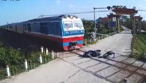 【衝撃動画】踏切で転倒したバイクに列車が突っ込む / 視聴者「ライダーは無事なのか」