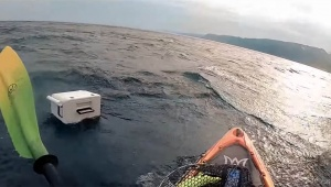 【衝撃動画】新潟の海で釣人のカヤックが転覆して命の危機 / バランス崩れと強烈な風が影響か