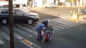 【衝撃動画】歩行者が高確率で転倒する横断歩道がコワイ / 場合によっては命を落とす危険性