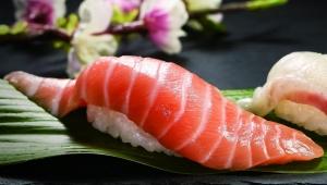 【衝撃】くら寿司の特大切り生サーモンが激しくデカすぎる件 / …