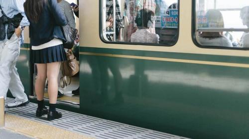 【衝撃動画】駅員によって電車から強制降車させられた「降りたら人生が終わる!」と叫ぶマスク電車男