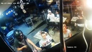 【衝撃動画】レストランにガンを持った強盗が入ってきたときの対処法がTwitterで大絶賛
